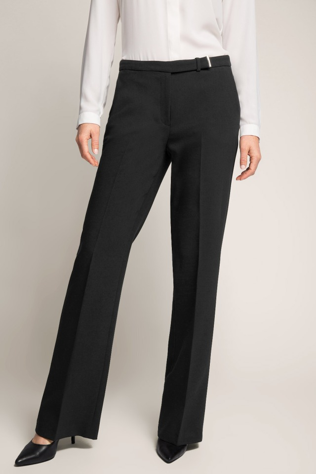 Estos pantalones son perfectos, y favorecen un montón. El camal ancho con un buen tacón estiliza la figura, y es perfecto para días de reuniones formales en la oficina/ These pants are perfect, and very becoming! The wide camal with heels shapes your figure, and is perfect for days of formal meetings in the office.
