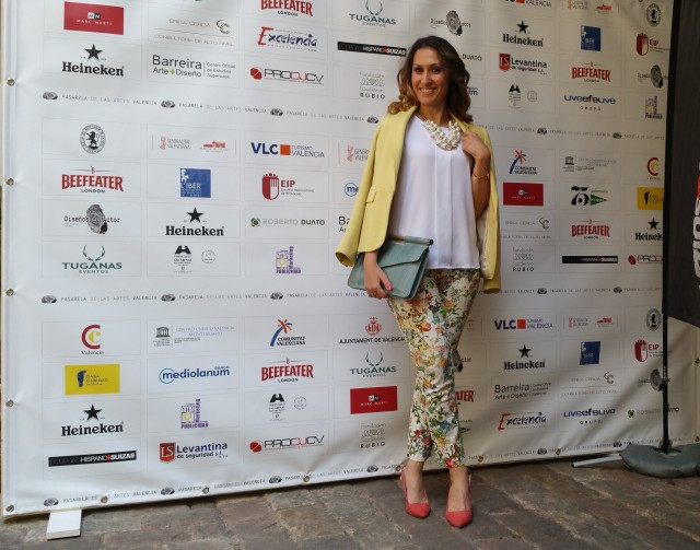 II Edición de la Pasarela de las Artes, pantalón capri, estampados selváticos y florales, un top de gasa blanca, collar de racimo de perlas, blazer amarillo, zapatos destalonados coral, clutch pitón azul cielo, Miko Sagüillo, official blogger, Capri pants, sylvan and floral print, white chiffon top, cluster pearls necklace, yellow blazer, undercut coral shoes, python blue sky clutch, Bimba & Lola, Zara, Massimo Dutti, Aristocrazy, Lowlita & You, Stradivarius
