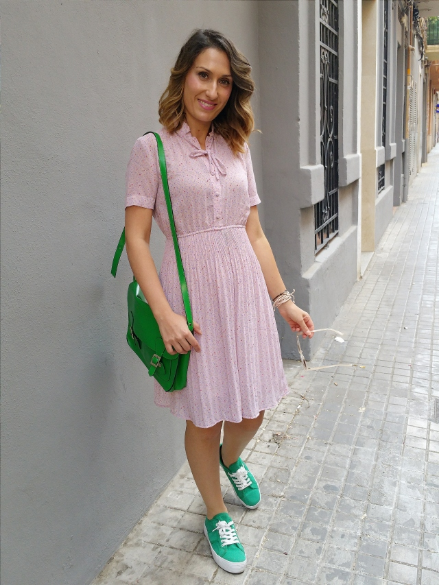 vestido vintage, Susi Sweet Dress, flores liberty, rosa clarito, lazada, preppy, sneakers verdes, bandolera, vintage dress, flower liberty, in soft pink, neck lace, green sneakers, shoulder green bag