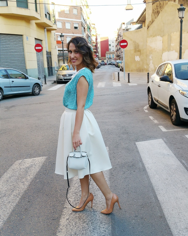 falda midi blanca, Mad Men, top baby doll, azul, lunares blancos, salones maquillaje, mini bolso neopreno, white midi skirt, baby doll blue top, polka dots, make up shoes, new mini neoprene bag,
