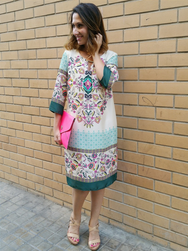 Vestido, psicodélico, túnica, sandalias altas maquillaje, anillo piedra verde, fucsia clutch piel, dress, psychedelic, tunic, high nude sandals, green stone ring, fuchsia leather clutch